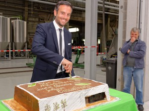 Überraschungsgeschenk für Johannes Schulz-Hess: Eine leckere Torte in Form der neuen Halle, gebacken von seinen Mitarbeitern.