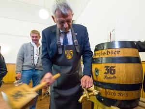 """Landrat Johann Kalb beim Anstich des Premierenfasses von """"36 Kreisla""""."""