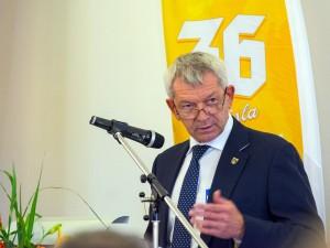 Landrat Johann Kalb bei der Präsentation des neu geschaffenen Landkreisbieres.