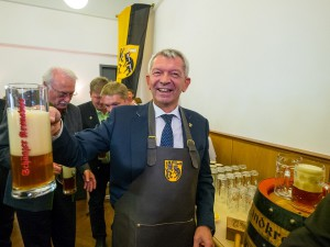 """""""O´zapft is!"""" Stolz präsentiert Landrat Johann Kalb das erste Bamberger Landkreisbier."""