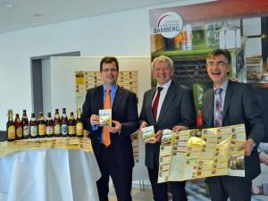 """Bürgermeister Christian Lange, Landrat Johann Kalb und Tourismusdirektor Andreas Christel stellten den handlichen Führer durch die """"Bamberger Bierwelten"""" vor."""