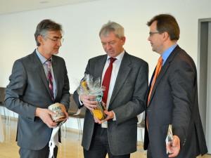 Landrat Johann Kalb freut sich über ein Präsent aus den Händen von Bürgermeister Christian Lange und Tourismusdirektor Andreas Christel.