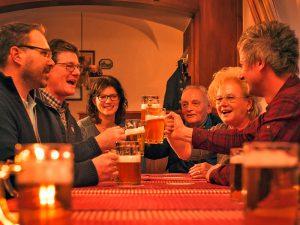 Fröhliches Beisammensein mit einem Glas Bier.