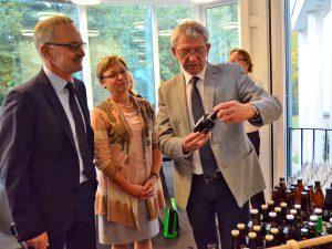 Landrat Johann Kalb nimmt die Biervielfalt unter die Lupe.