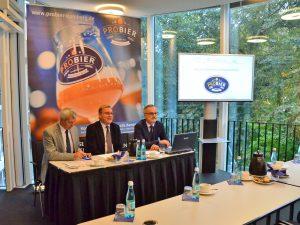"""Landrat Johann Kalb (li.) und Oberbürgermeister Andreas Starke (Mitte) bei der Pressekonferenz zur """"proBier""""."""