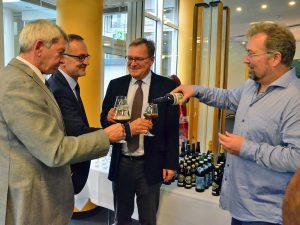 BierSommelier Markus Raupach beim Bier ausschenken.