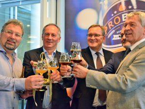 """Anstoßen mit BierSommelier Markus Raupach auf die """"proBier"""", die erste Bier-Messe in Bamberg."""