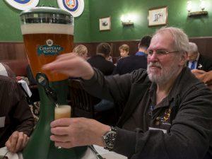 Der niederländische Juror Jos Brower zapfte beim Abendessen nach der Verkostung das erste Bier am Tisch an.