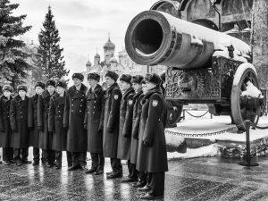 Immer gegenwärtig: Russische Soldaten vor der größten Kanone der Welt auf dem Kreml.