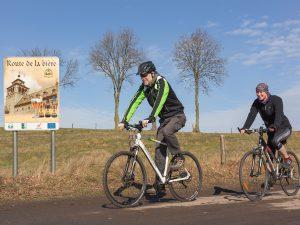 """Zwei Radfahrer auf der """"Route de la biére""""."""
