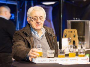 Ein Juror bei einer Bierverkostung.