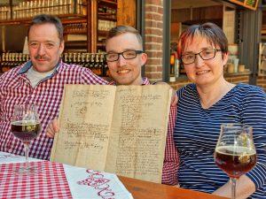 """Die Greiners mit der Gründungsurkunde ihrer """"Brauerei zum Anker"""" von 1736 (v.l.): Holger, Stefan und Beate Greiner."""