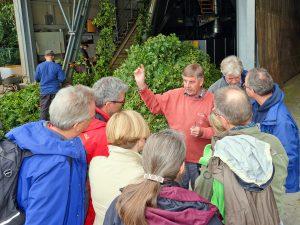 Interessiert lauschen die Teilnehmer der BierKennerTour Spezial den Ausführungen von Hopfenbauer Rudi Pfab.