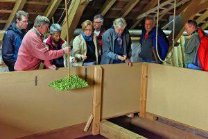 Hopfenbauer Rudi Pfab präsentiert den Teilnehmern der BierkennerTour Spezial das grüne Gold.