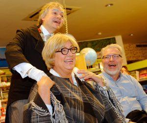 Die Schauspieler Heike Bauer-Banzhaf und Dirk Bayer unterstützen Biersommelier Markus Raupach bei seiner Bier-Genuss-Lesung.