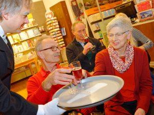 Als Butler serviert Schauspieler Dirk Bayer den Gästen zur Einstimmung ein Raspberry Fruit Beer.