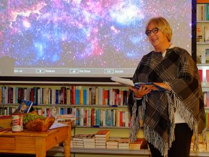 Heike Bauer-Banzhaf liest den Anfang des ersten Buchkapitels.