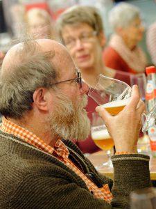 Zum Einstieg in die Bier-Genuss-Lesung gibt es ein alkoholfreies Weizen.