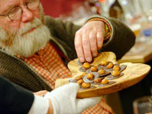 Ein Vollmilch-Macadamia-Taler aus der Bamberger Storath-Manufaktur.