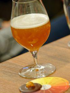 Bei der Bier-Genuss-Lesung wird auch ein alkoholfreies Weizen im Zusammenspiel mit einem Vollmilch-Macadamia-Taler aus der Bamberger Storath-Manufaktur serviert.