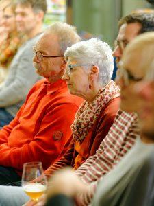 Interessierte Zuhörer bei der Bier-Genuss-Lesung.