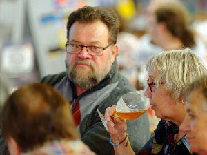 Biersommelier Markus Raupach bietet seinen Gästen verschiedenste Biere zum Probieren.