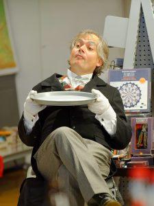 Kurze Verschnaufpause für Schauspieler Dirk Bayer, der das Publikum als Butler begeistert.