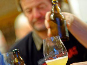 Bei der Bier-Genuss-Lesung werden verschiedene Biere verköstigt.