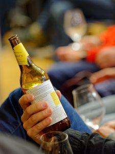 Jede verköstigte Flasche wurde genauestens unter die Lupe genommen.