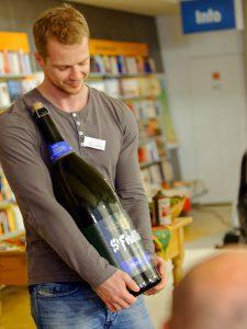 Hübscher-Mitarbeiter Michael Schaffelhofer präsentiert ein belgisches Tripel in der 9-Liter-Flasche.