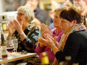 Zufriedene Zuhörer und Genießer bei der Bier-Genuss-Lesung.