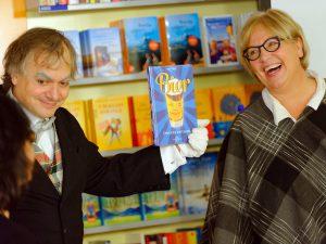 Die beiden Schauspieler Heike Bauer-Banzhaf und Dirk Bayer präsentieren das neue Buch von Bestseller-Autor Markus Raupach.