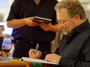 Biersommelier und Bestseller-Autor Markus Raupach signiert sein neuestes Werk.