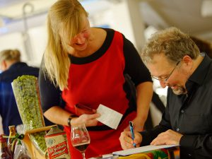Bestseller-Autor Markus Raupach gibt nach seiner Bier-Genuss-Lesung fleißig Autogramme.
