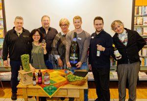 Biersommelier und Bestseller-Autor Markus Raupach inmitten seines Unterstützerteams bei der Bier-Genuss-Lesung im Hübscher Bamberg.