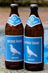"""Zwei Flaschen des neuen alten Bamberger Weißbieres """"Weiße Taube""""."""