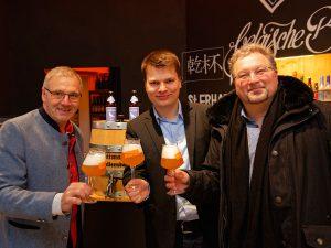 """Biersommelier Markus Raupach beim Anstich der """"Weißen Taube"""" mit Christian Klemenz und Georg Rittmayer."""