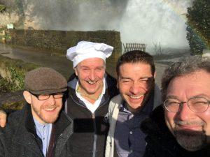 Die beiden Biersommeliere Markus Raupach (re.) und Korbinian Kundmüller (li.) besuchen zusammen mit Bambergs Leckerbäcker Thomas Loskarn (2. v. li.) den französischen Brauereibesitzer David Hocquard und seine Brauerei Hocq im Rodezer Vorort Saint-Christophe-Vallon.