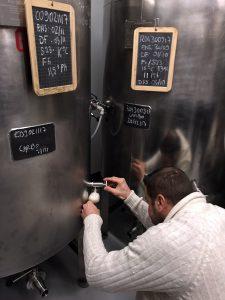 Brauereibesitzer David Hocquard zapft sein Bier frisch aus dem Lagertank.