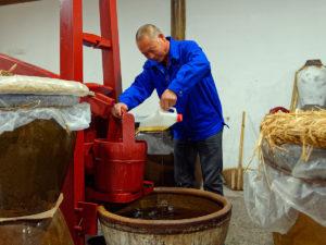 Reisweinmeister Guanxian Wang beim Filtern seines Reisweines