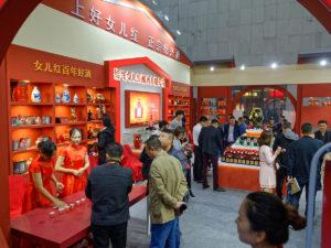 Zum Reisweinfest gehört auch eine Messe, auf der sich die zahlreichen Hersteller der Region präsentieren
